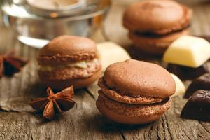 Macarons_chocolats_poses_sur_table